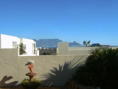 Upmarket home with beautiful views of Table Mountain.