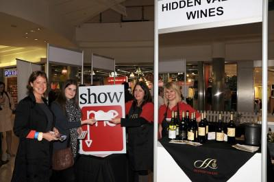 Prize giving - Hidden Valley Wines hands over prize at We Luv Wine Festical Cape Gate Mall