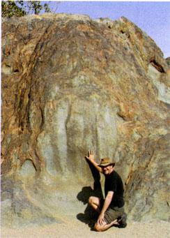 Not far from the Sendelingsdrif gate is a boulder with a clear impression of a huge hand, known as the Hand of God