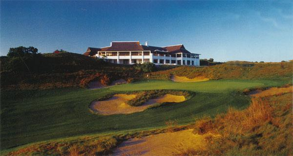 The clubhouse overlooks the picturesque St Francis Bay village, with its thatch roofs and quaint white homes. It is a great setting for a late-afternoon thirst quencher after a round of golf.
