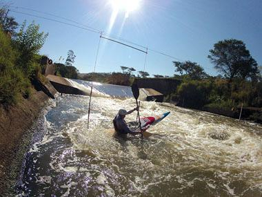 Wewege probes himself out of the gate, lifts the boat out of the eddy and into the fast flowing current