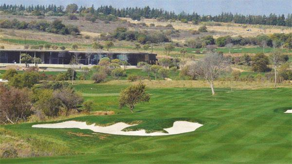 The par-four 8th hole at Steyn City offers a view of the magnificent clubhouse in the background.