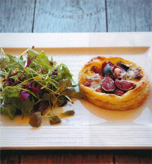 Puff pastry with figs, caramelised shallots, Gorgonzola and walnuts