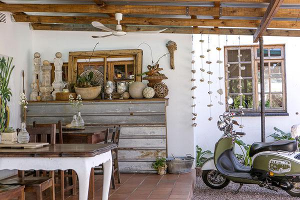 The breakfast/outside patio are of De Kunst Huisje.