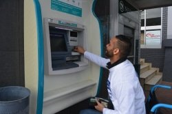 Caption: JTI area manager Lucius Charles tackles the challenge of doing an ATM withdrawal yesterday at the start of four hours in a wheelchair in the SPAR Eastern Cape Wheelchair Wednesday campaign, which raises awareness about the challenges people with physical disabilities face. Picture: Full Stop Communications
