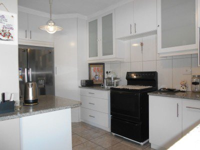 Spacious and very neat family home in De Zoete Inval Paarl