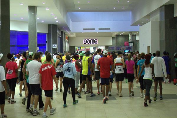 runners in mall